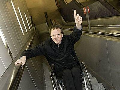 Einhändig auf der Rolltreppe