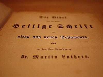 Dass Martin Luther dafür sorgte, dass jeder die Bibel in Deutsch lesen konnte, ist auch 500 Jahre später noch ein Grund zum Feiern.