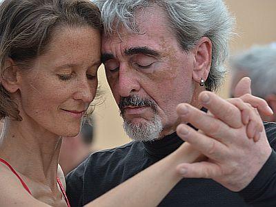Miteinander zu tanzen, das verbindet Paare.