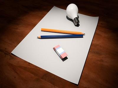 Blatt Papier mit Stiften