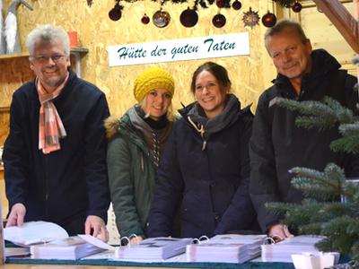 Marc Gutzeit (links) und Hans Spiza (rechts) vom Kreisdekanatsbüro Recklinghausen besuchen Sara Töpper (2. von links) und Katrin Rohkemper, Lehrerinnen an der Raphael-Schule, in der Hütte der guten Taten. Foto: Bischöfliche Pressestelle/Michaela Kiepe