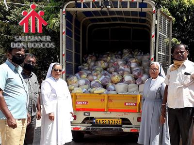 Foto: In der südindischen Stadt Bangalore verteilt Don Bosco Hilfspakete für Arme / Don Bosco Mission