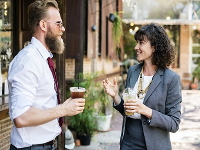 Mann und Frau unterhalten