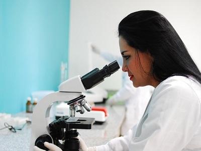 Frau im Labor