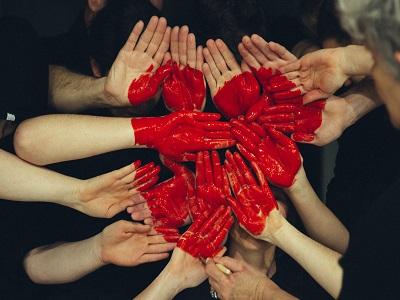 Hände mit aufgemaltem Herz