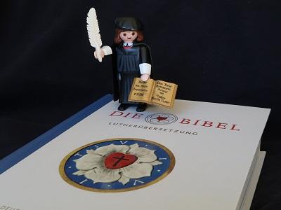 Playmobil-Luther auf Bibel
