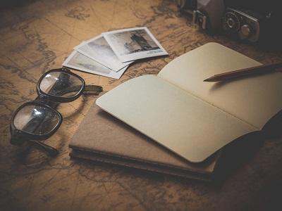 Landkarte, Notizbuch, Brille