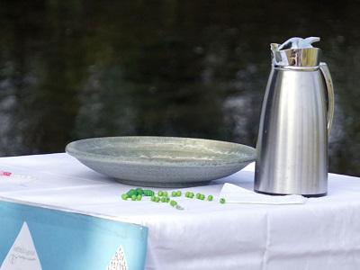 Schale und Kanne mit Wasser im Hintergrund