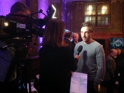Schauspieler Bruck wird interviewt
