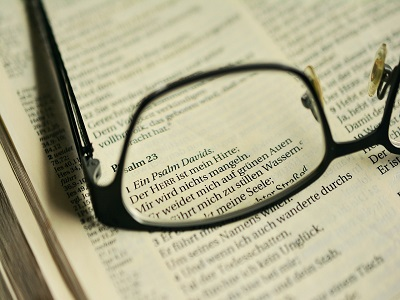 Bibel und Brille