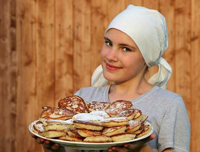 Bäckerin mit Kuchentablett