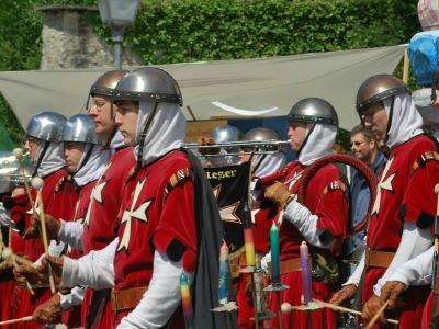 Laiendarsteller in alten Uniformen des Malteserordens