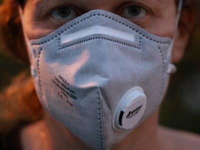 Frau mit medizinischem Mundschutz