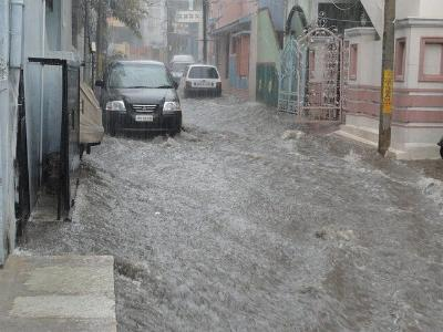 Autos versinken auf einer überfluteten Straße im Wasser