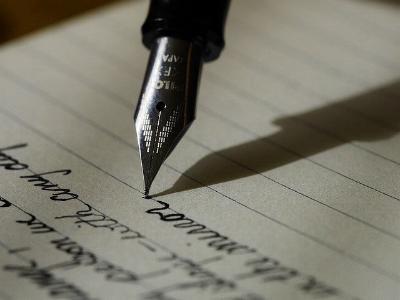 ein Brief wird mit Füllfederhalter geschrieben