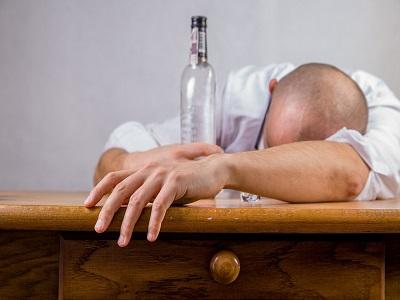 Mann liegt mit Kopf auf Tisch