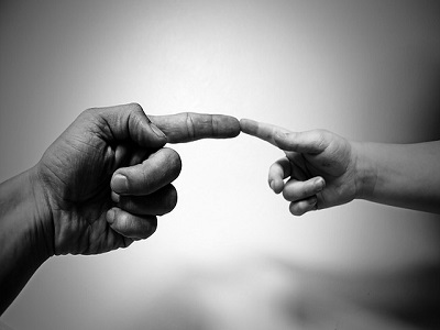 Zwei Finger berühren sich