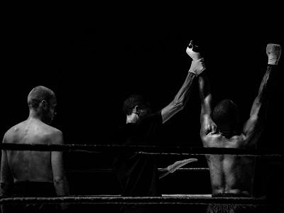 Zwei Boxer mit Ringrichter