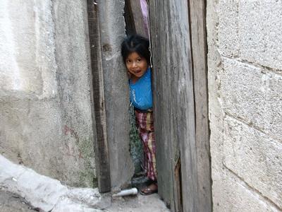 Kind schaut aus Tor