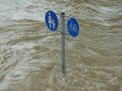 Verkehrsschild ragt aus dem Wasser