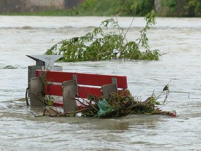 Parkbank im Hochwasser