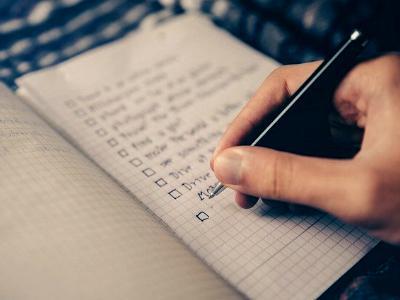 Mann schreibt eine Liste