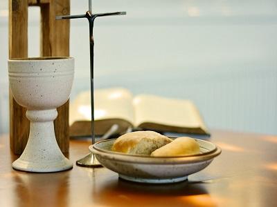 Kirchenaltar mit Abendmahlsgeschirr