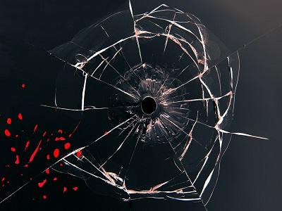 Schuss in der Fensterscheibe