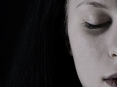 Profil von junger Frau