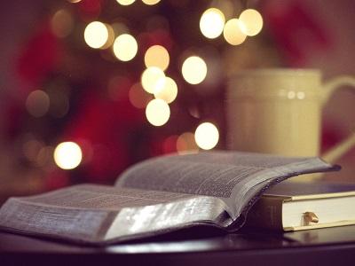 Buch und Tasse