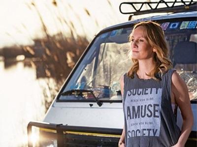 Mira Ungewitter vor ihrem VW Bus