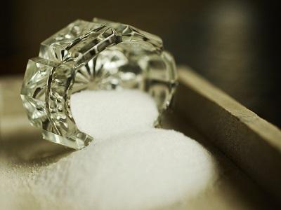 Ein umgekipptes Glas mit Salz