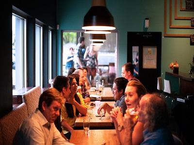 Menschen im Restaurant im Gespräch