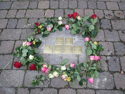 Stolpersteine mit Blumen umrandet