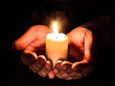 Kerze in Menschenhänden