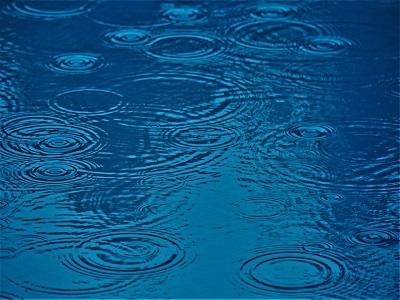 Wasser tropft auf die Erde