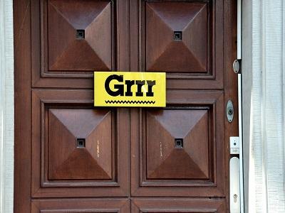 Schild mit ´Grrrr´ an einer Tür