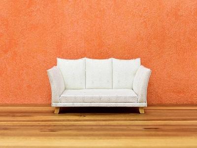 Weißes Sofa vor farbigem Hintergrund