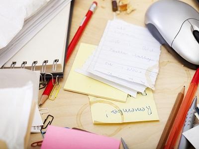 Schreibtisch unaufgeräumt