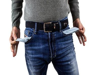 Ein Mann zeigt seine leeren Hosentaschen
