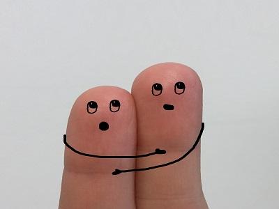 Auf Finger aufgemalte Figuren umarmen mich