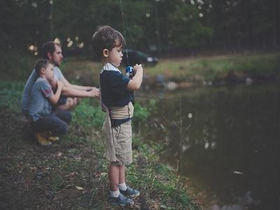 Vater und Kinder beim angeln