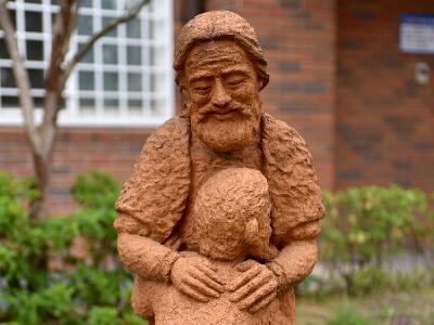 Skulptur vom verlorenen Sohn und seinem Vater