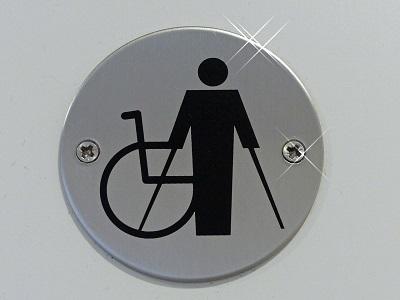 Schild mit Rollstuhl und Krücken